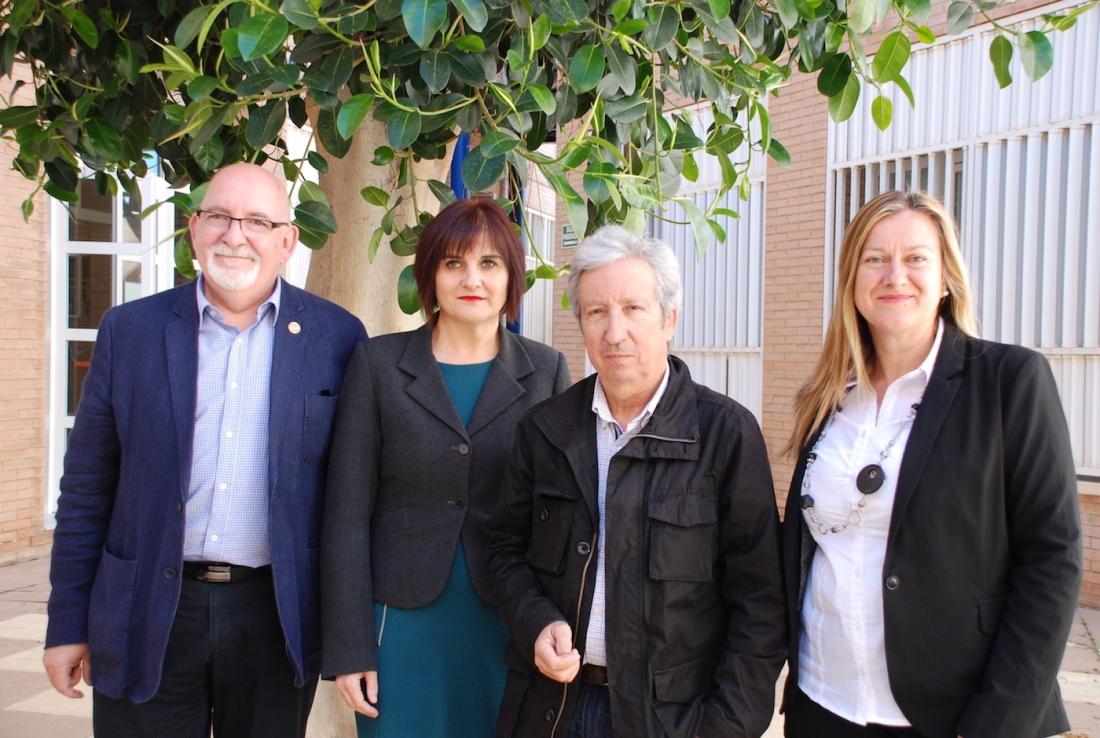Javier García, decano de la Facultad de Humanidades de la Universidad de Almería, con su equipo. Foto de Miguel Blanco