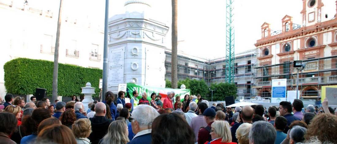 Concentración en la Plaza Vieja de Almería para protestar por el proyecto de rehabilitación que elimina árboles y Monumento a los Mártires de la Libertad. Foto de Miguel Blanco