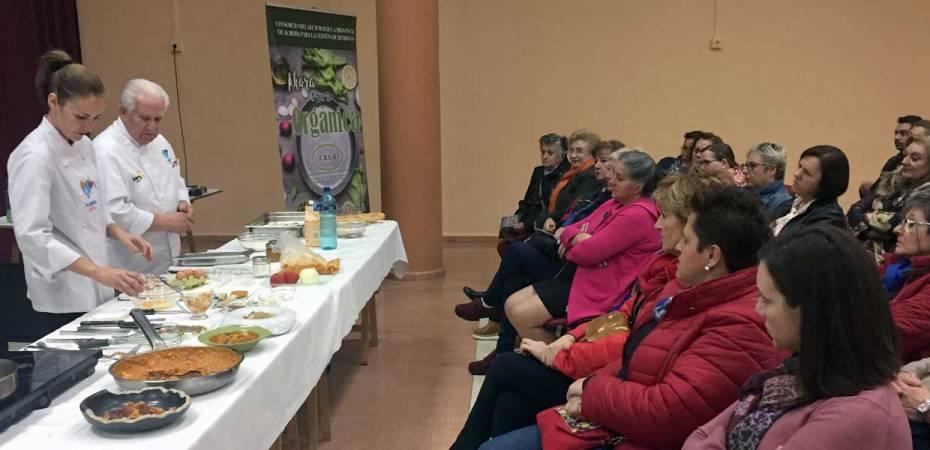 El chef Antonio Gázquez y su ayudante, en una de las presentaciones de la iniciativa 'Aquí no sobra nada', en la provincia de Almería.