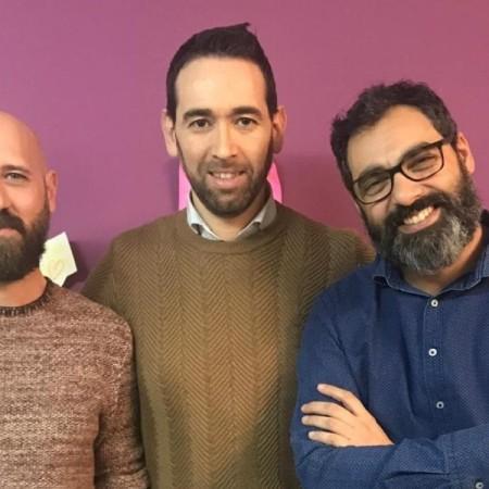 Javier Gilabert, Gerardo Rodríguez y Fernando Jaén, coordinadores de 'Versos al amor de la lumbre', en la revista 'Lumbre'. Foto de Fernando Agustin Medina Molina.