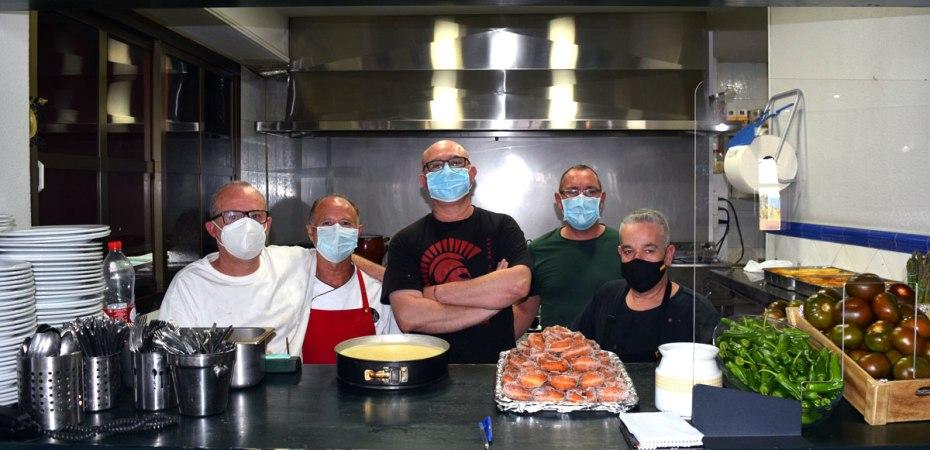 Diego García Molina, en el centro, con parte del equipo del restaurante Building, en el Paseo Marítimo de Almería. Foto de Miguel Blanco / Foco Sur